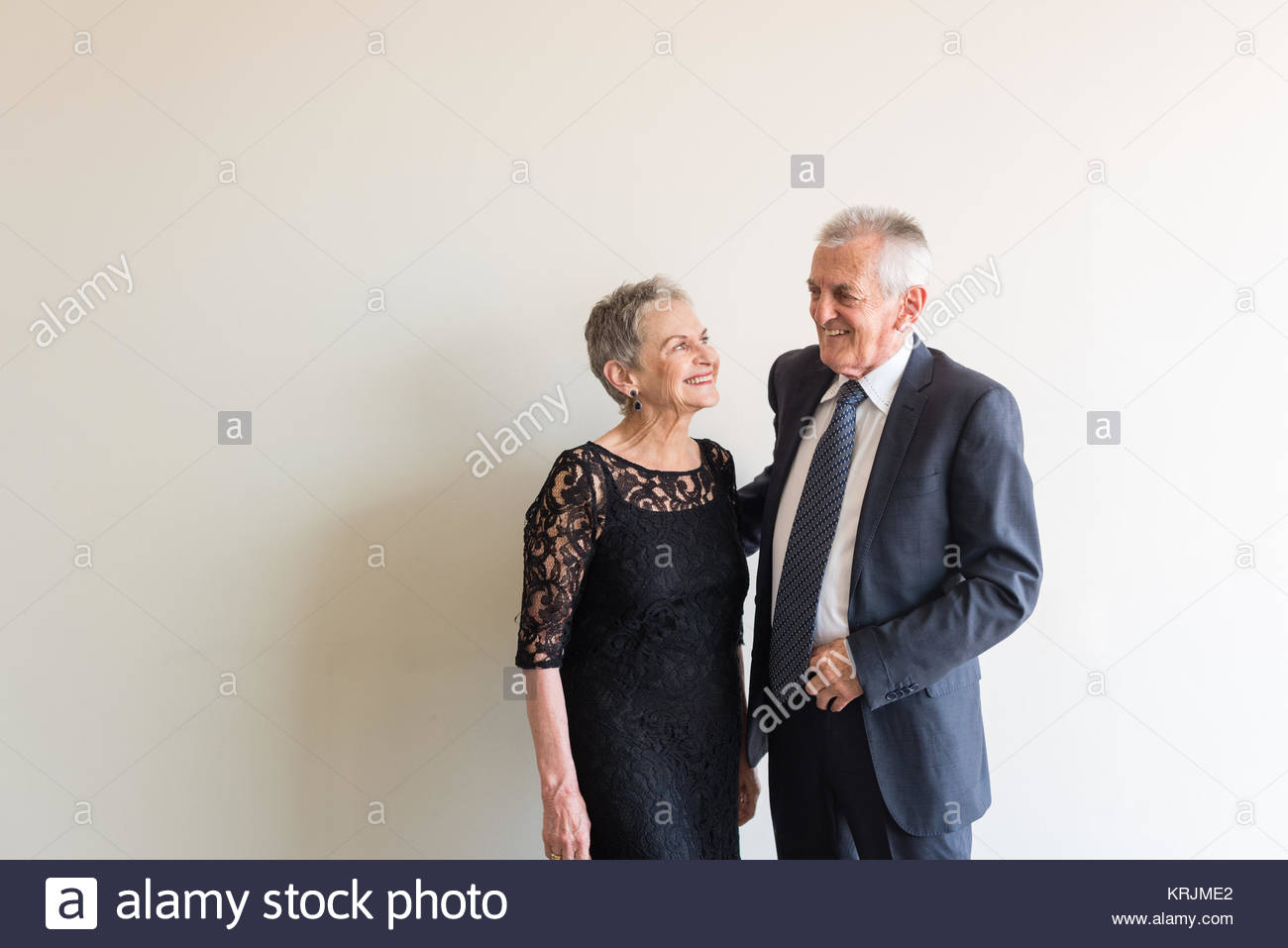 Midlength Ansicht älterer Mann im blauen Anzug und Frau in schwarzer ...