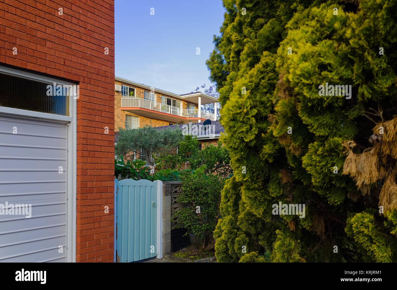 Moderne Wohnung und Haus außen mit großen Balkon und Fenster. Luxus ...