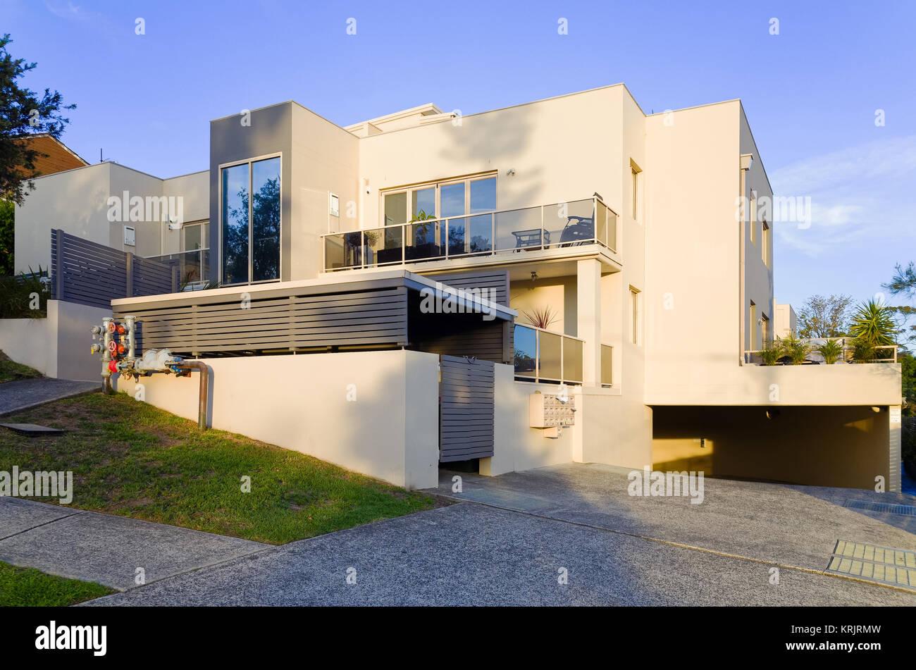 Moderne Wohn- Apartment Gebäude Exterieur mit großem Balkon und ...