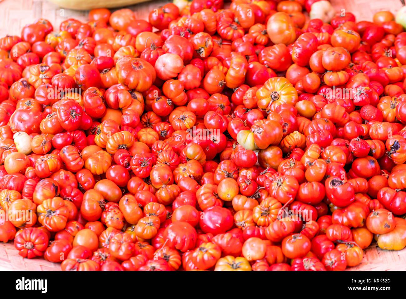 Frische Tomaten auf der Straße in einem tropischen Markt in Myanmar Stockfoto