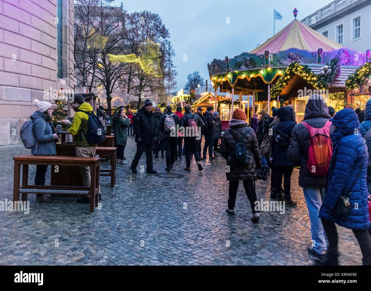 Menschen Besuchen Ständen Auf Traditionelle Deutsche Weihnachtsmarkt