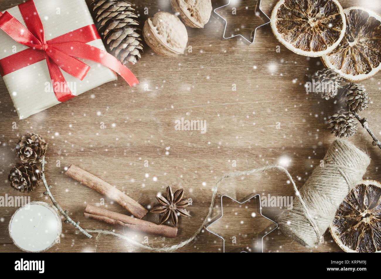 Weihnachten Hintergrund. Rustikale Weihnachten Dekorationen auf Holz ...