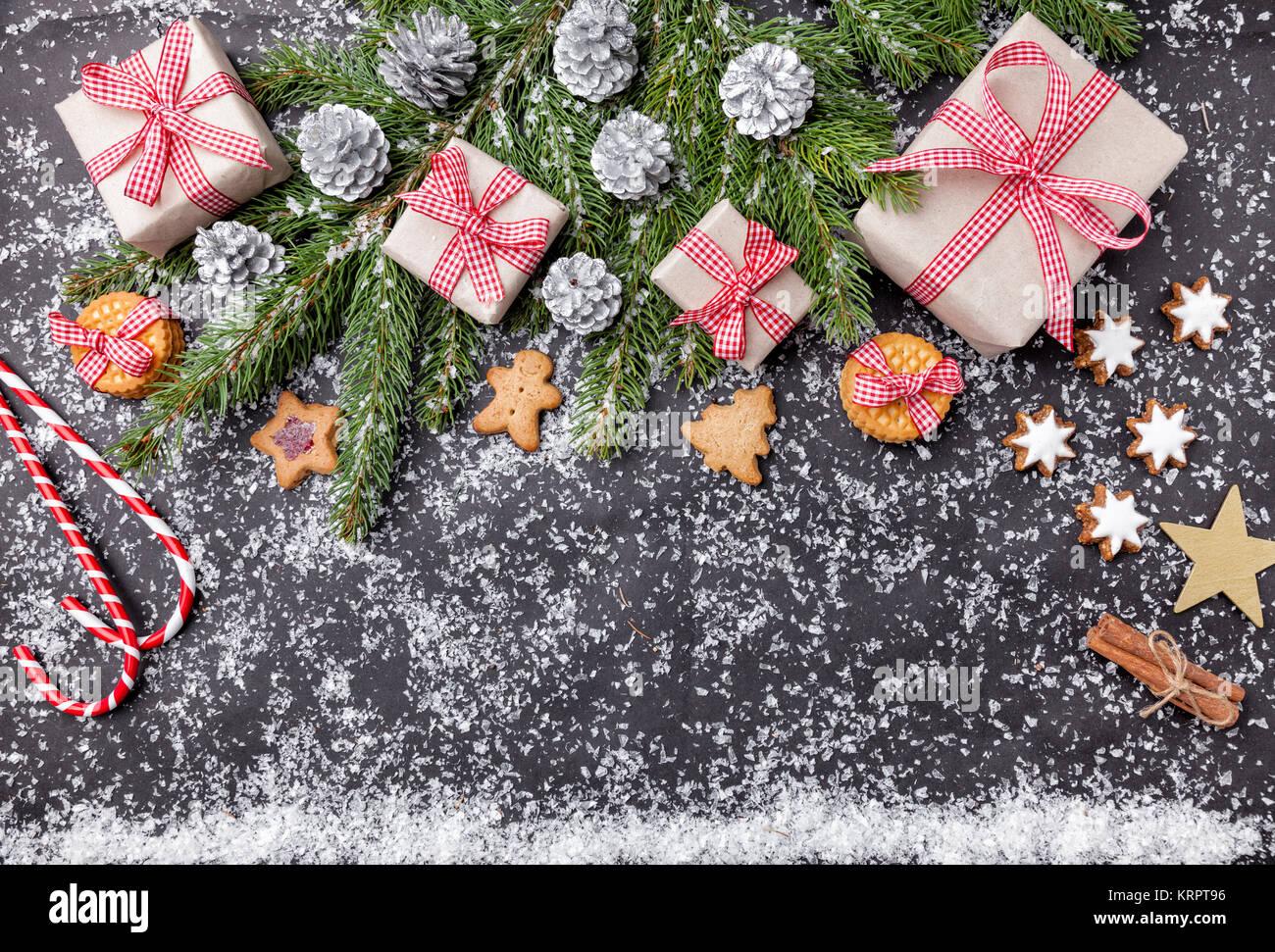 Weihnachtsdekoration und essen Hintergrund mit Schnee Stockfoto