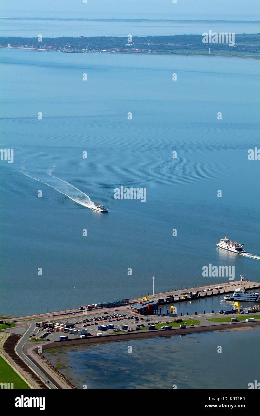 Faehrhafen Dagebuell aus der Vogel-Perspektive. Im Hintergrund Foehr und Amrum. Stockbild