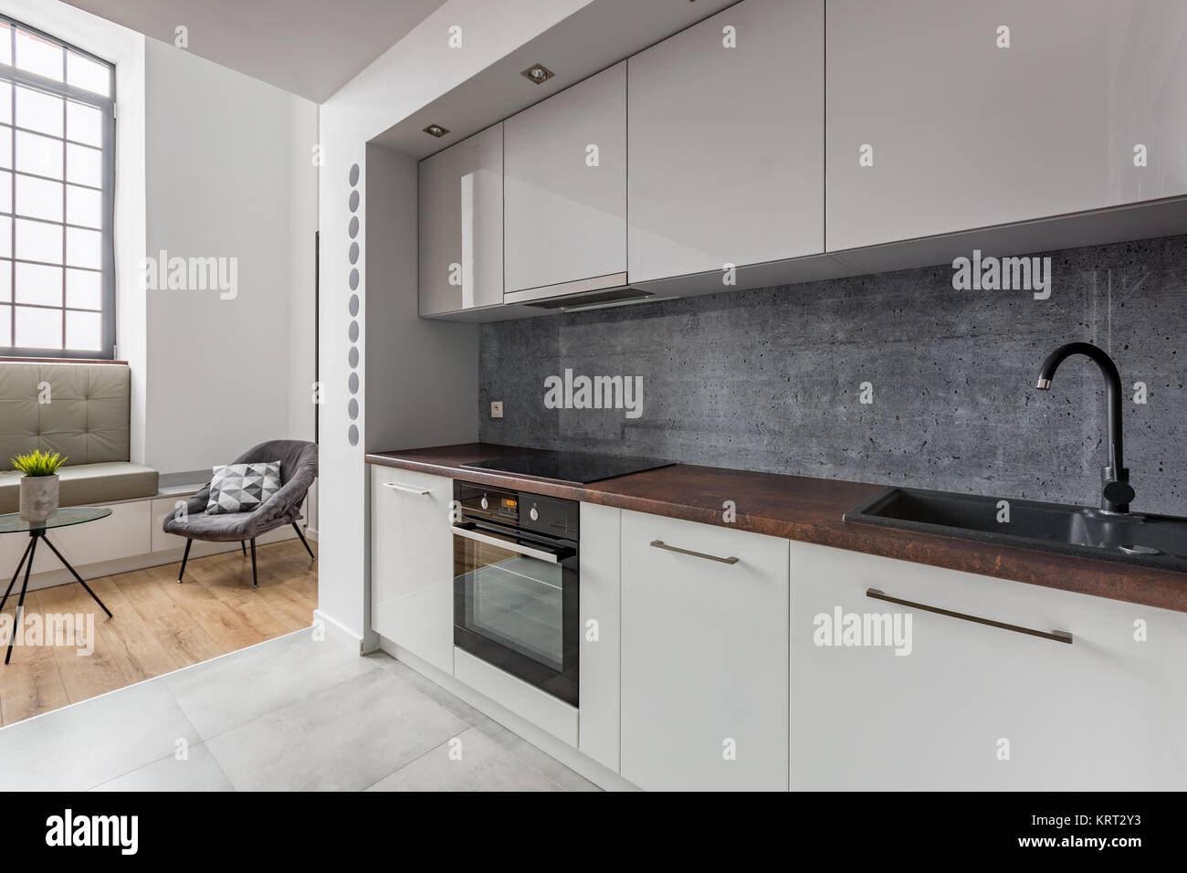 Moderne Küche mit Spüle und Arbeitsplatte aus Granit schwarz ...