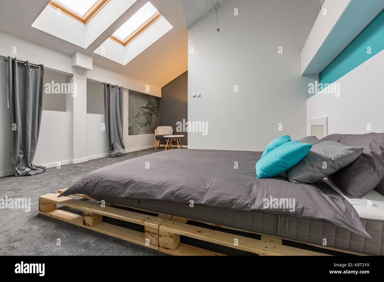 Einfache Dachgeschoss Schlafzimmer mit DIY-Palette Bett und Fenster ...