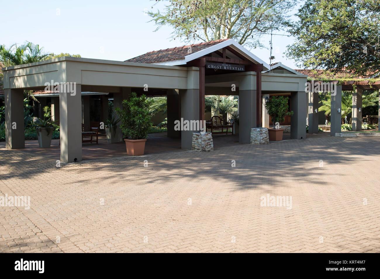 Eingang zum Ghost Mountain Inn in Mkuze, Südafrika Stockbild