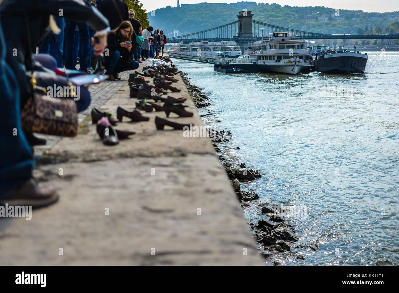 Die Schuhe Am Donauufer Ein Denkmal In Budapest Ungarn Mit Der