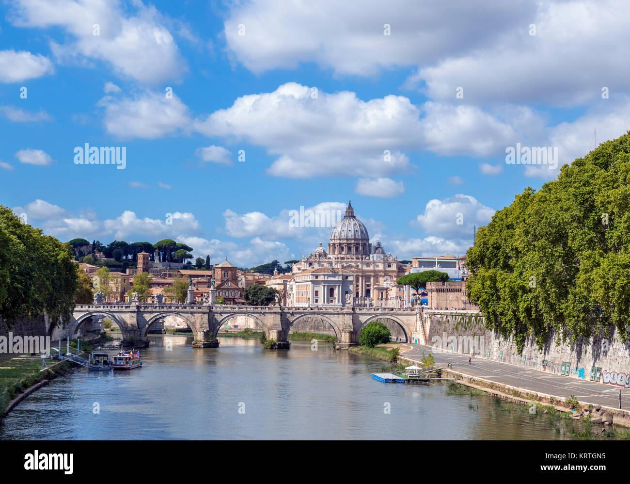 Petersdom und der Ponte Sant'Angelo über den Fluss Tiber, Rom, Italien Stockbild