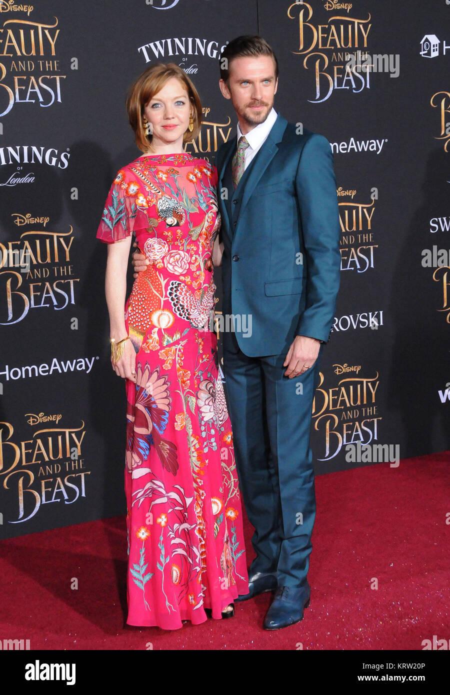 Hollywood Ca 2 März Schauspieler Dan Stevens R Und Susie