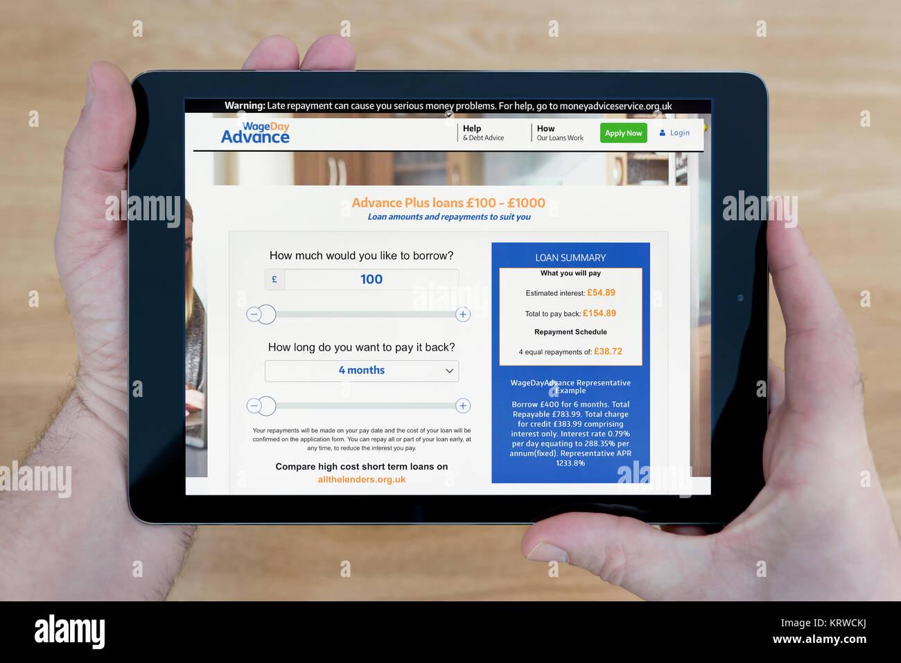 ein mann schaut auf die lohn tag voraus website auf seinem ipad tablet device schuss