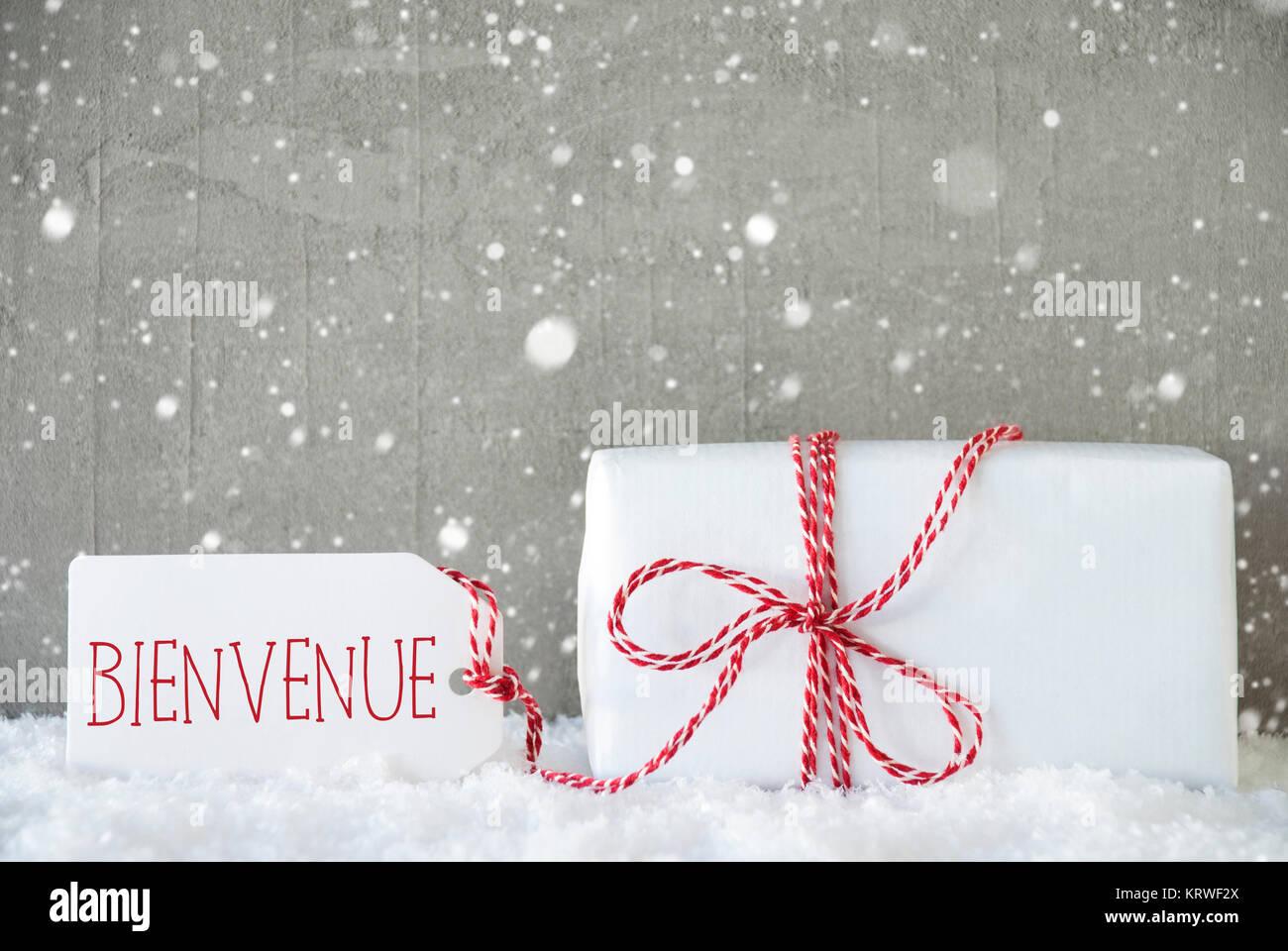 Ein Weihnachtsgeschenk auf Schnee. Zement Wand als Hintergrund mit ...