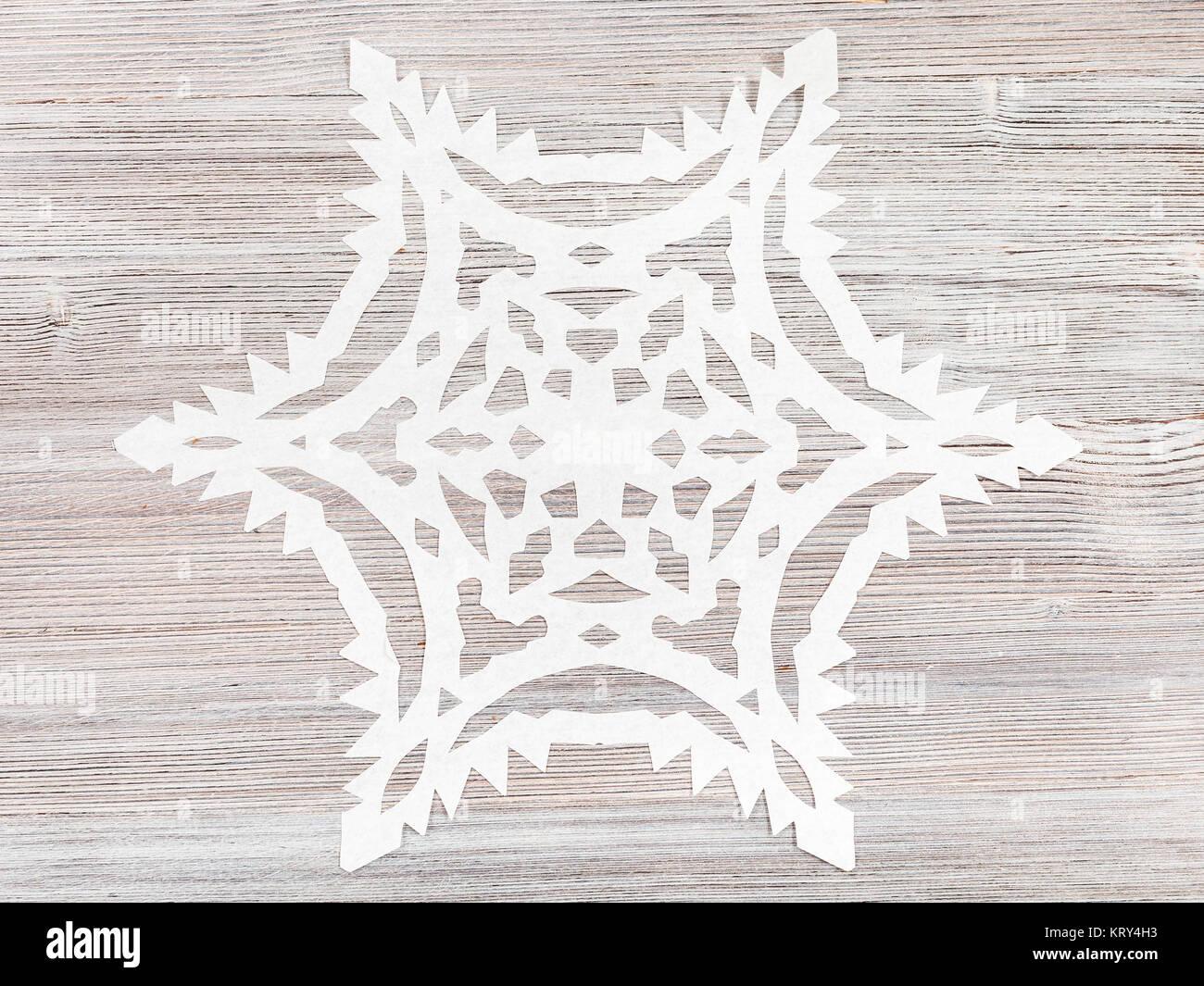 schneeflocke aus papier auf hellbraunem oberfl che stockfoto bild 169626719 alamy. Black Bedroom Furniture Sets. Home Design Ideas