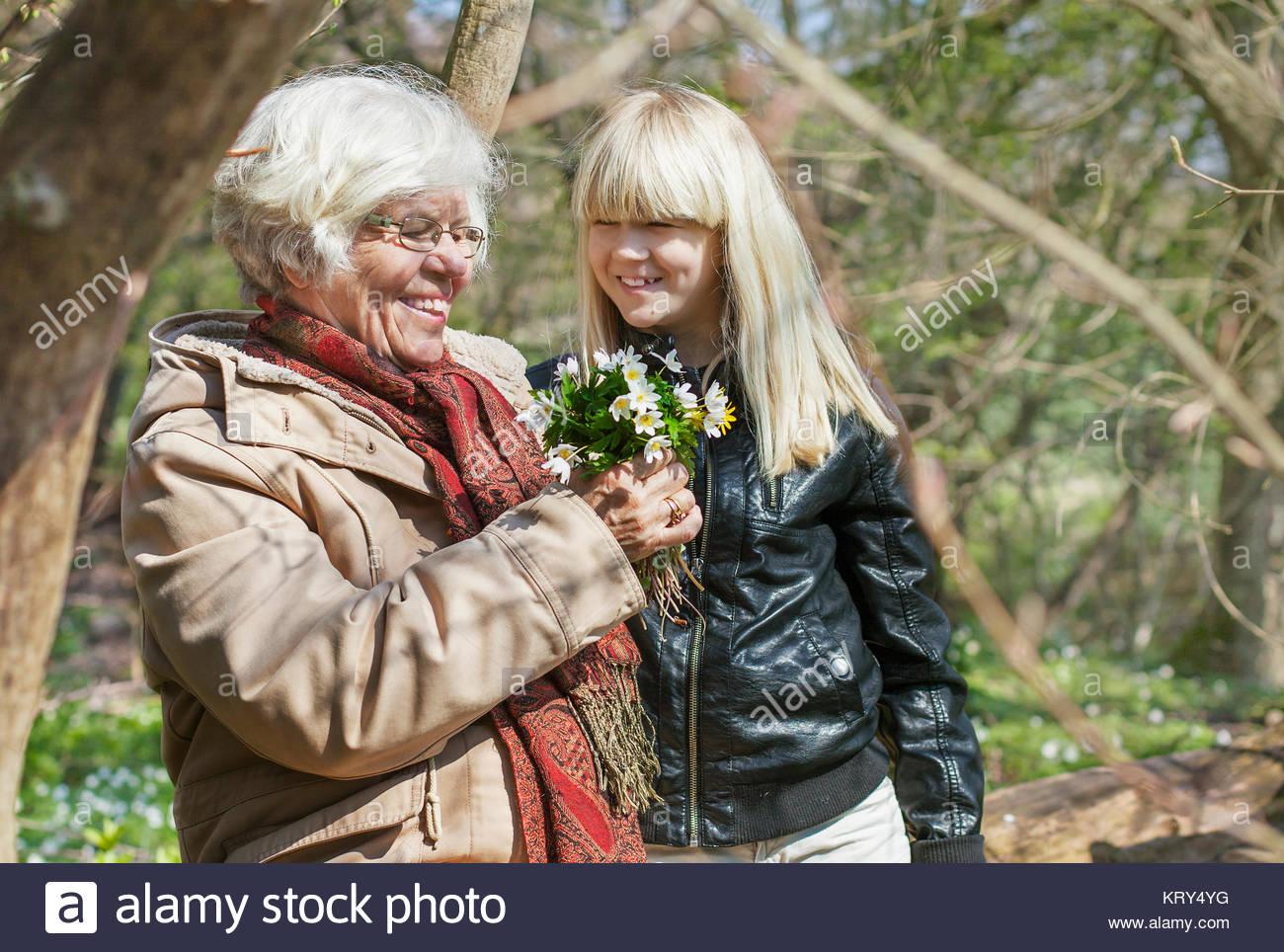 Mädchen sammeln Blumen mit ihrer Großmutter Stockbild