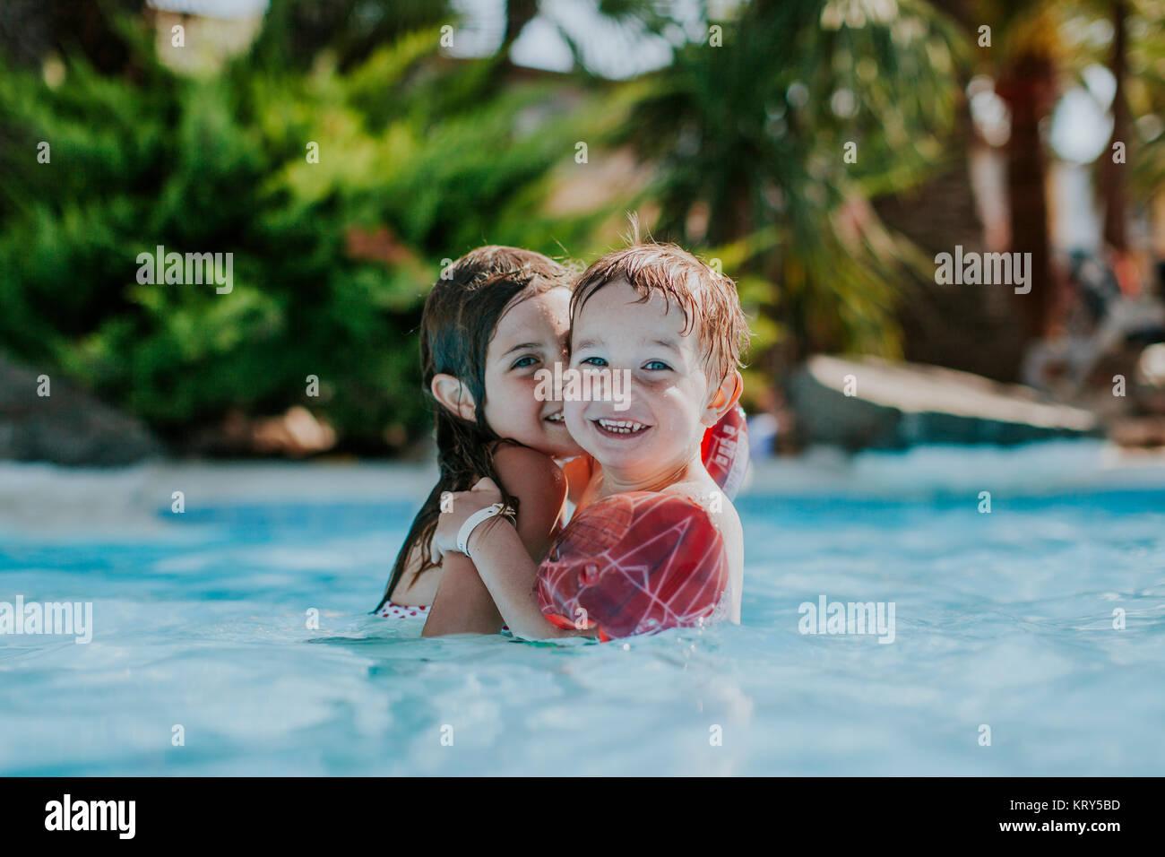 Zwei junge Kinder schwimmen in der Schwimmhalle Stockfoto