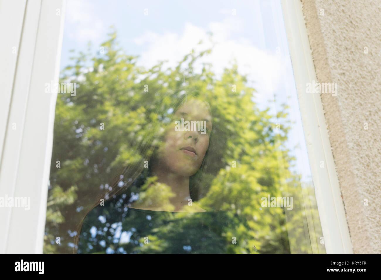 Ein Mädchen aus dem Fenster schauen Stockfoto