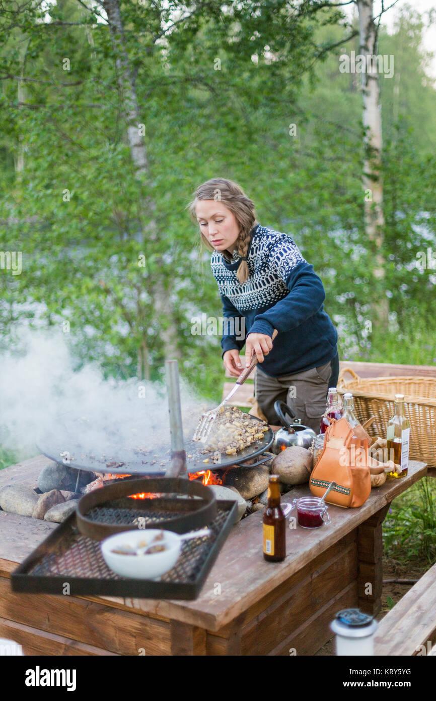 Eine Frau Kochen Auf Einer Feuerstelle Stockfotografie Alamy