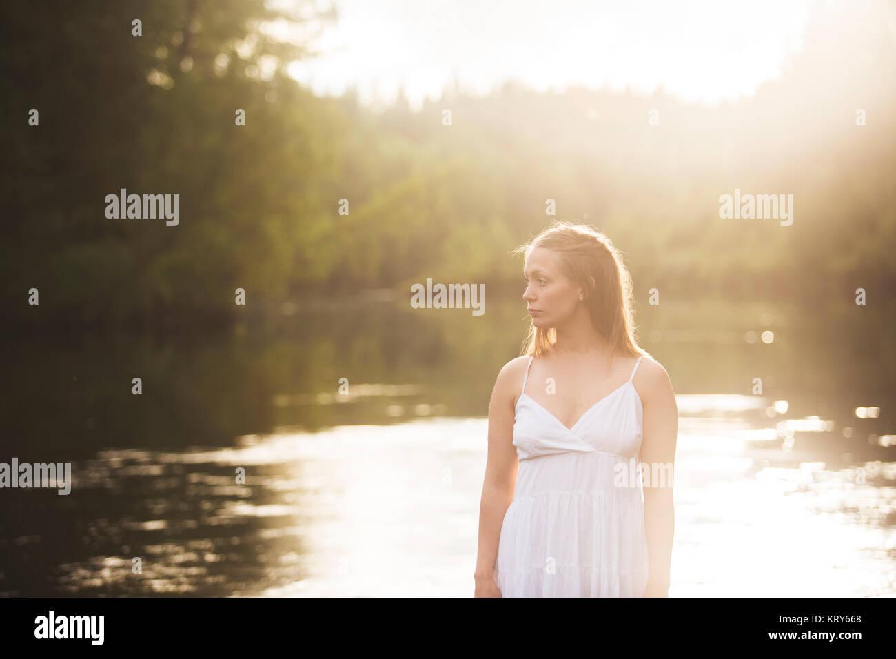 Frau tragen weiße Kleid von Fluss Stockbild