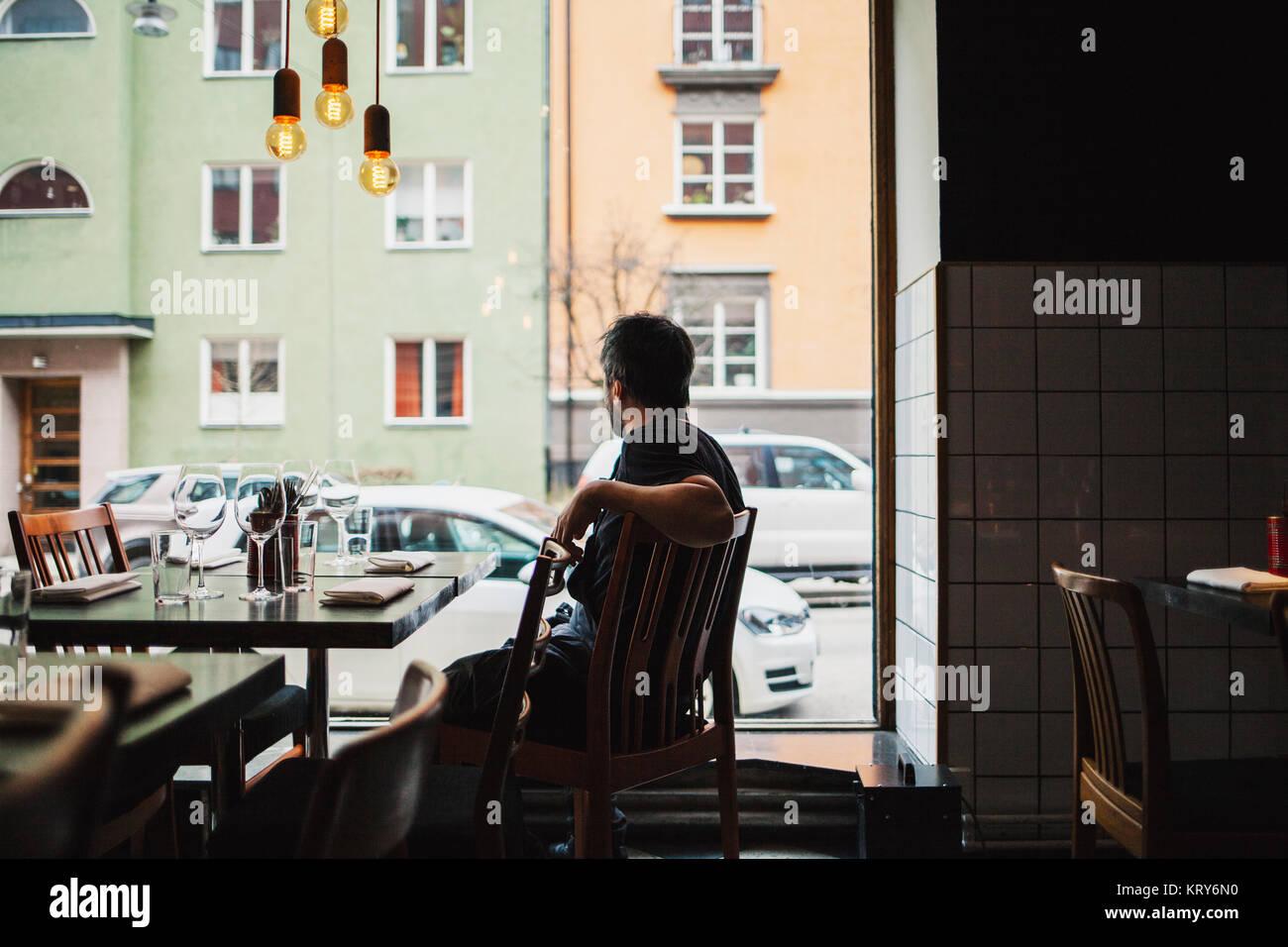 Koch in einem Restaurant sitzen Stockfoto