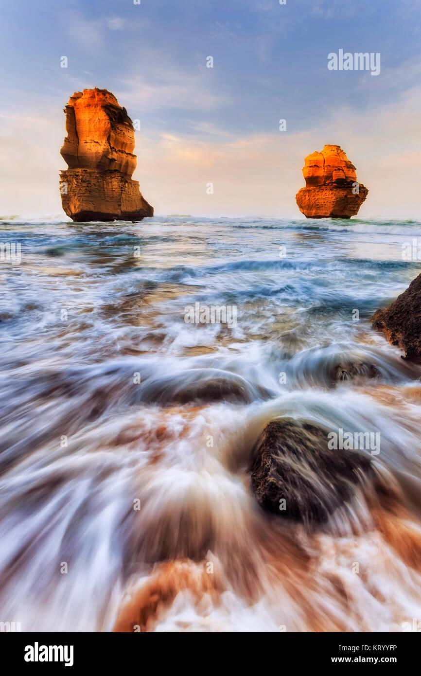 Zwei Kalkstein Apostel Felsen erodiert aus Gibson getrennt Schritte Sandstrand auf zwölf Apostel marine Park Stockbild