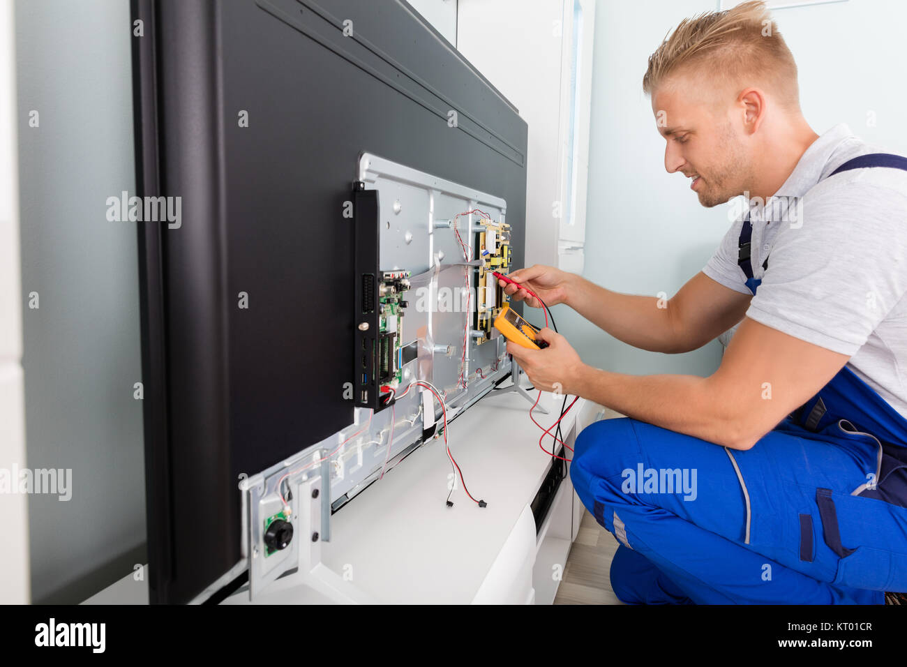 Elektriker prüfen Fernsehen Stockbild