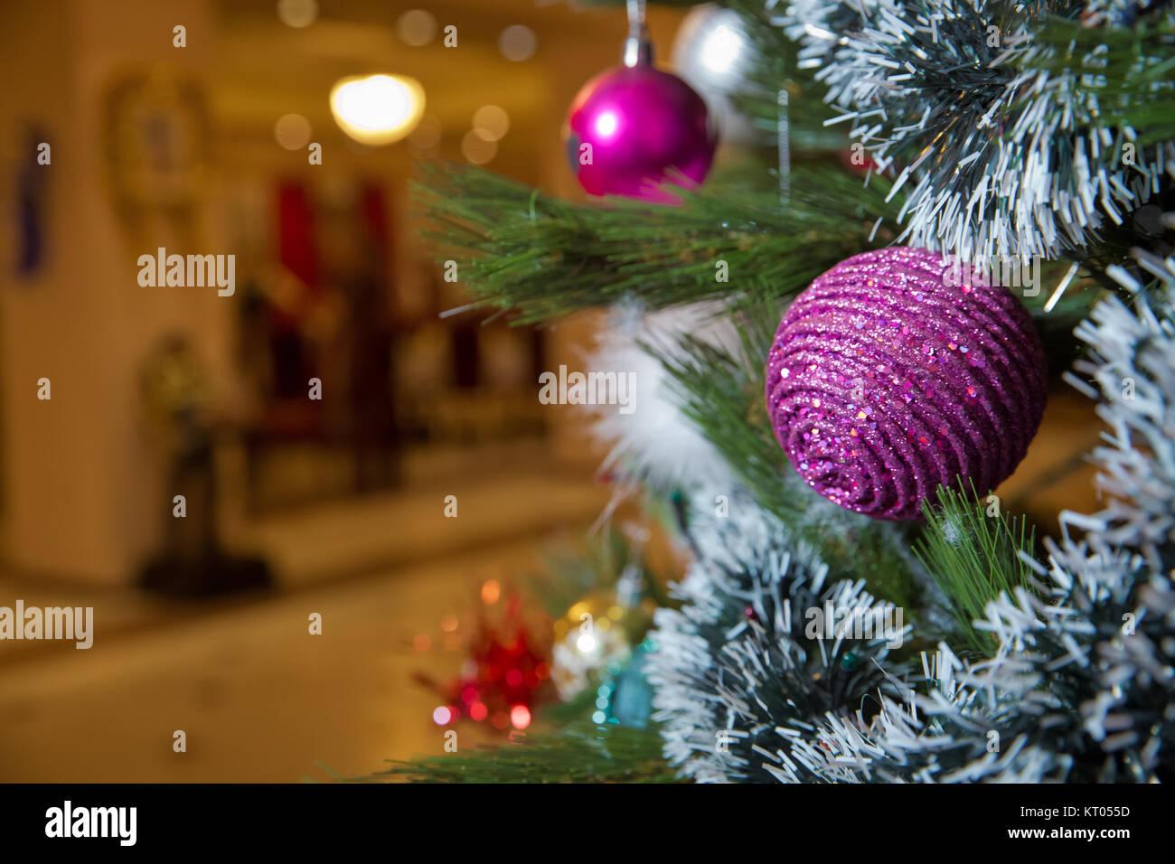 Weihnachtskarte. Weihnachten. Für das neue Jahr. Eine rote Kugel ...