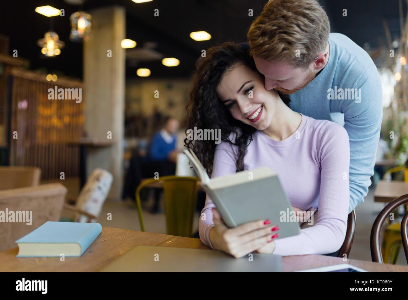 Glückliches junges Paar, das Spaß im Coffee Shop Stockbild