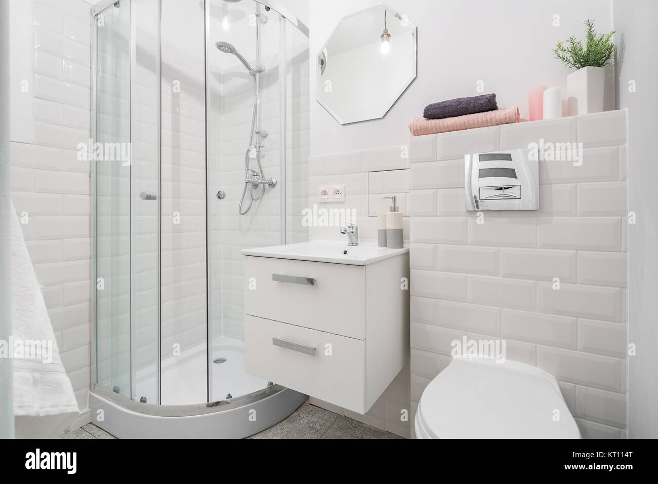 Dusche, Waschbecken und wc in Weiß gehaltenes Badezimmer mit ...