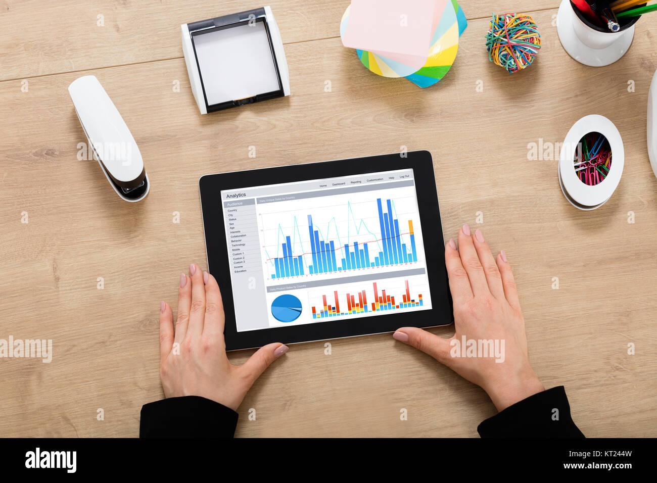Geschäftsfrau im Diagramm auf Digital Tablet Stockbild