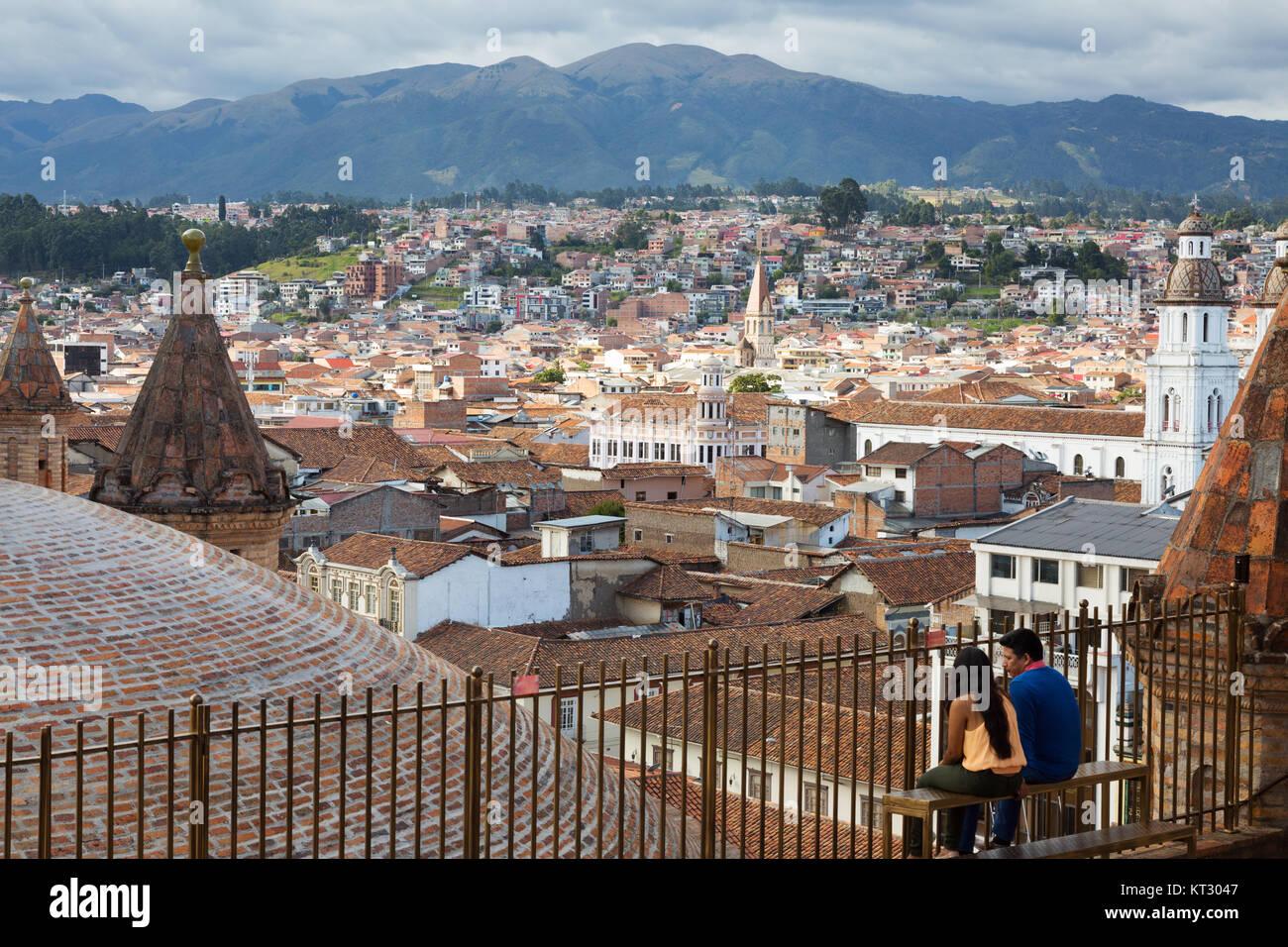 Ein Paar genießt die Aussicht von der Dachterrasse auf die Kathedrale Die Kathedrale von Cuenca, Cuenca, Ecuador Stockbild