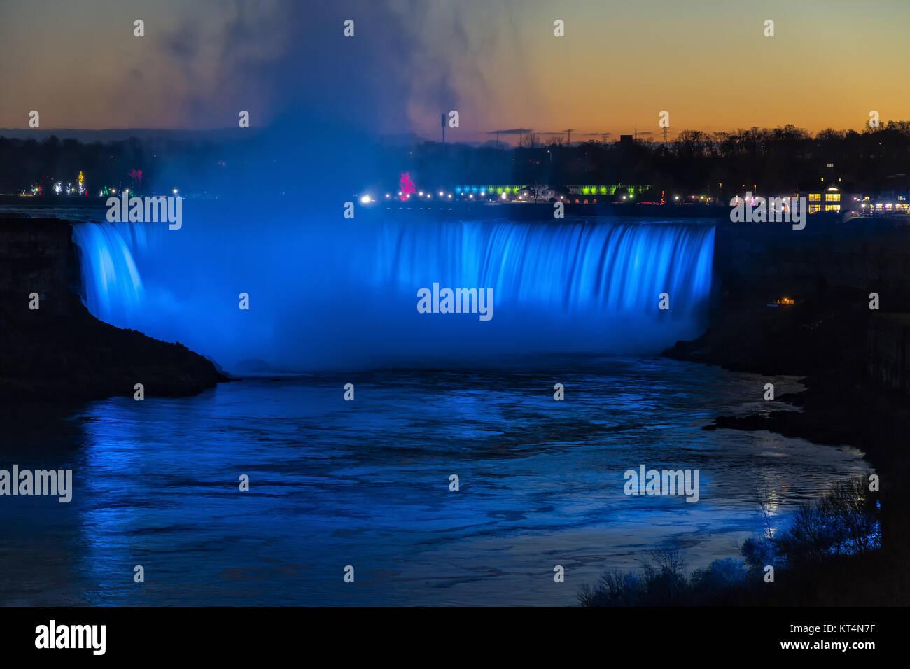 Kanada, Ontario, Niagara Falls, Horseshoe Falls Niagara River entlang der Dämmerung fällt während Stockbild