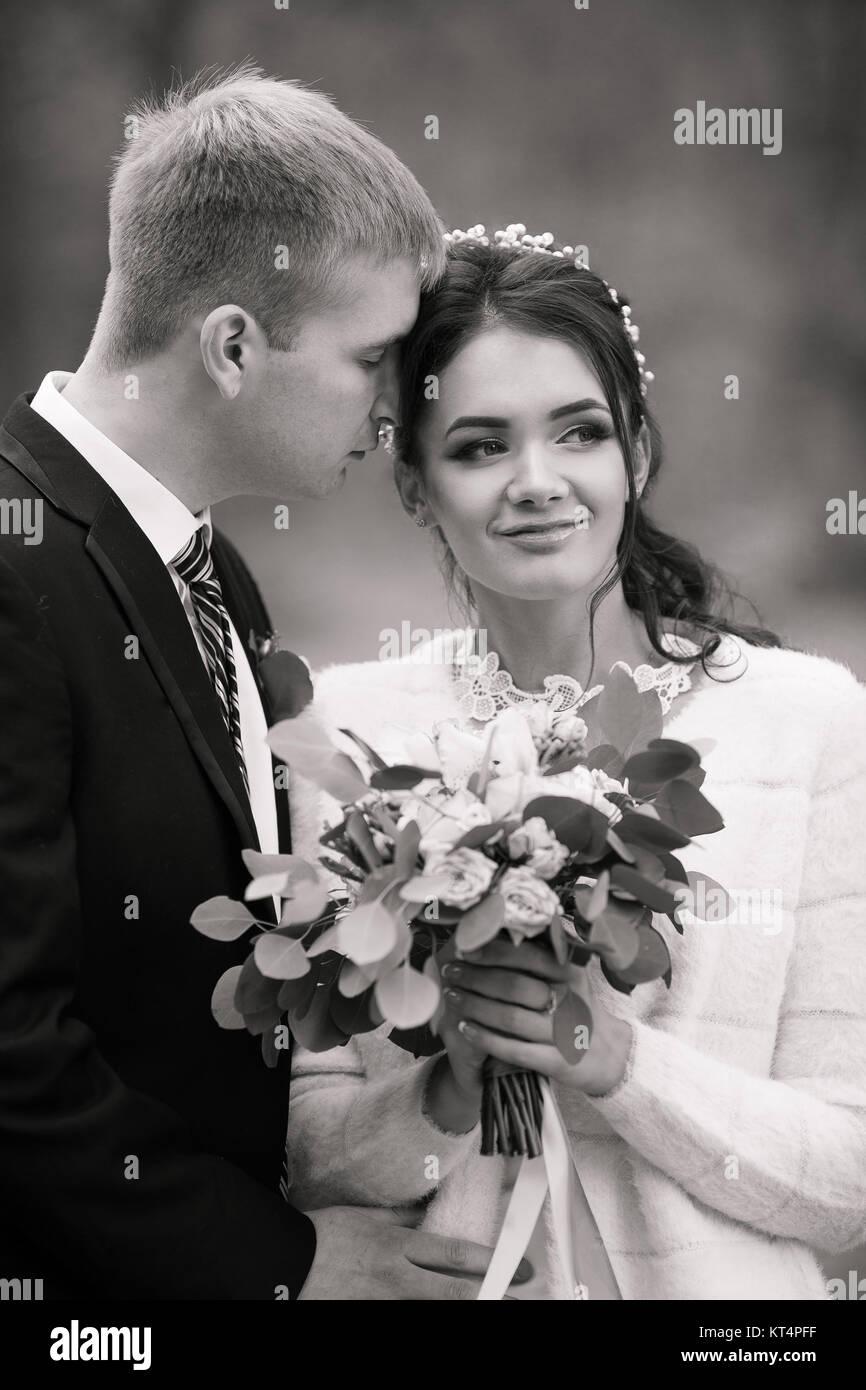 Hochzeit paar im Freien ist das Umarmen einander. Schönes Modell ...