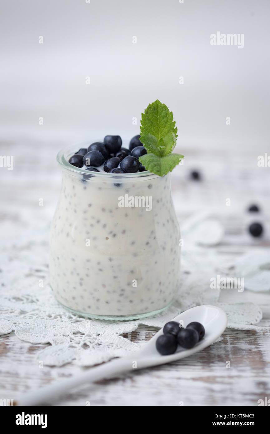gesundes fr hst ck oder snack am morgen mit chia samen vanille pudding und heidelbeeren. Black Bedroom Furniture Sets. Home Design Ideas