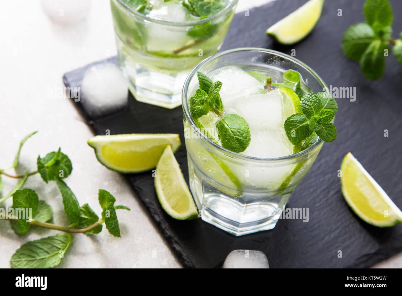 Kalte Limonade Erfrischende Sommer Mojito in einem Glas auf einer Schiefertafel Brett und Stein. Stockfoto