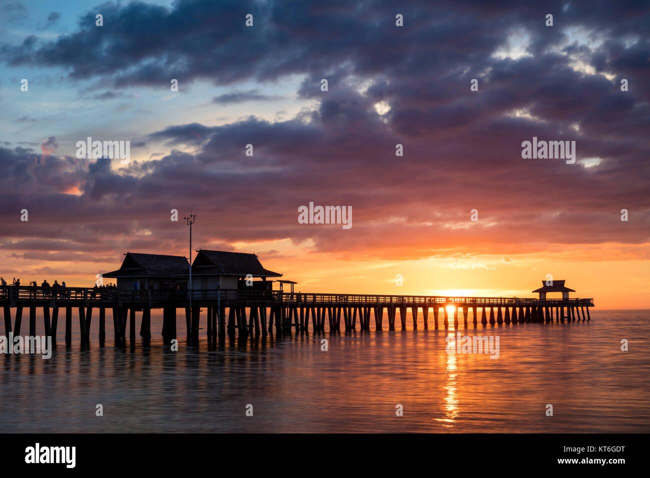 Farbenprächtigen Sonnenuntergang über Naples Pier, Naples, Florida, USA Stockbild