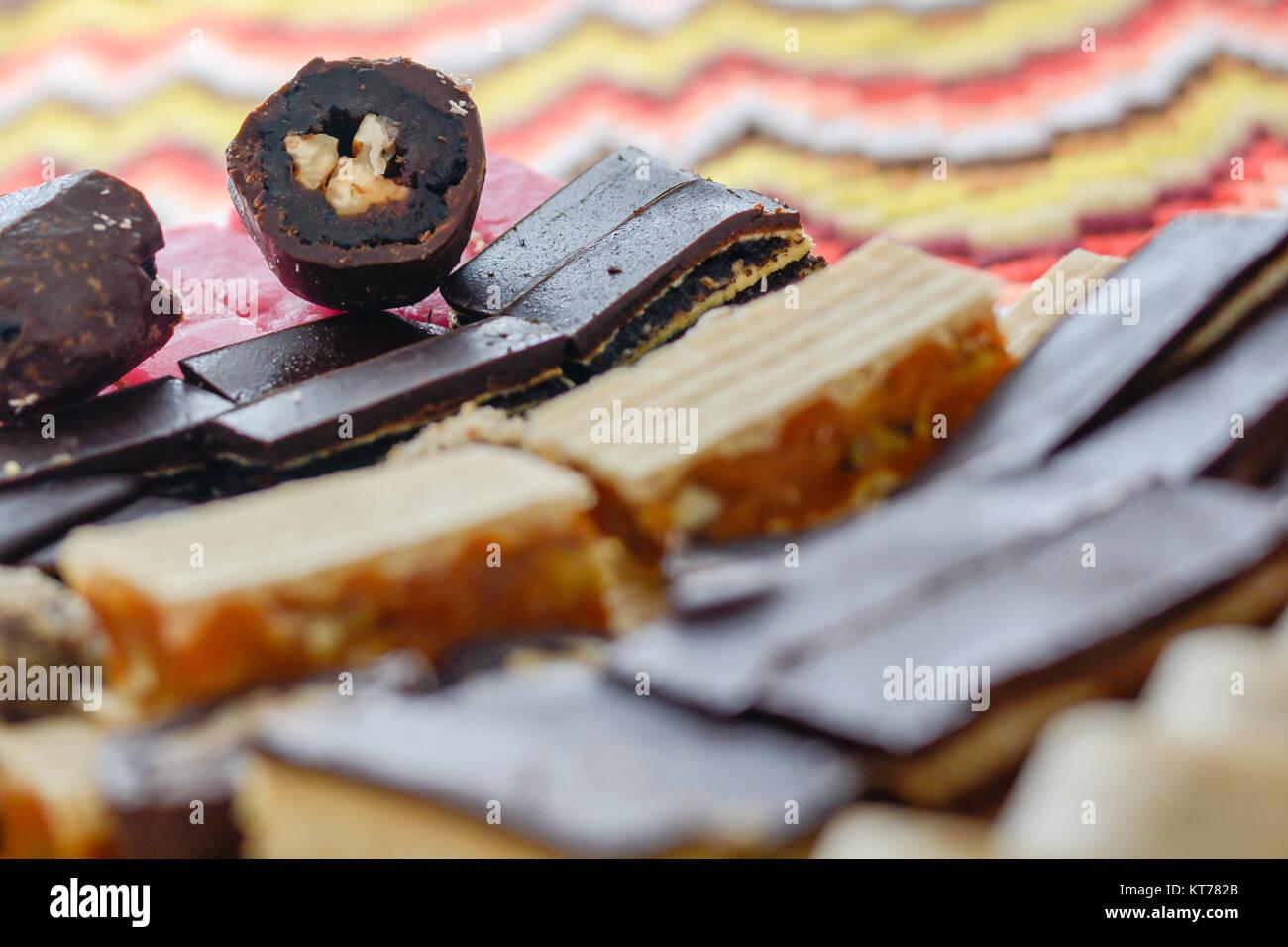 Farbenfroh und k stliche hausgemachte kleine kuchen auf for Kuchen glasplatte
