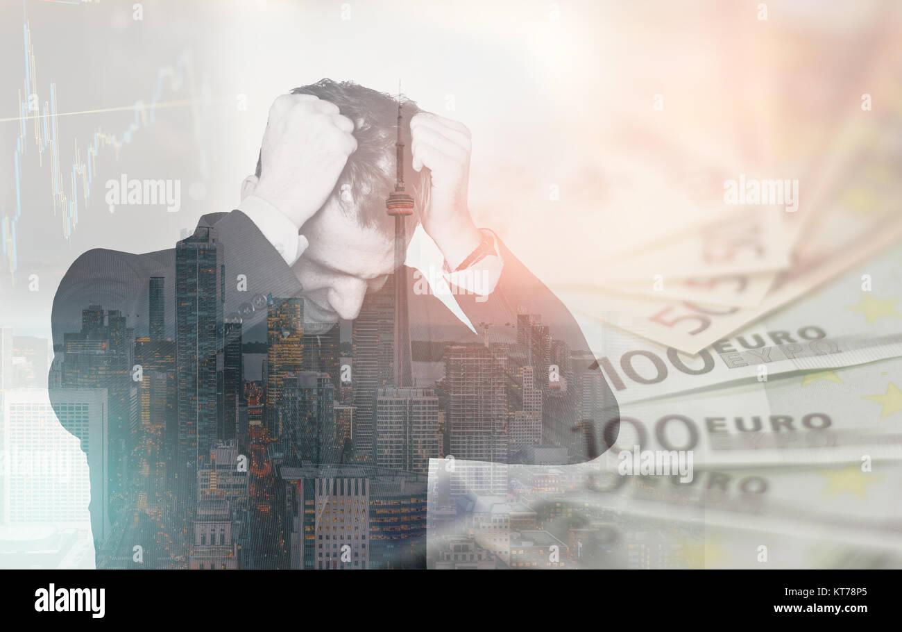 Doppelbelichtung business Mann im Stress über finanzielle Fragen, seine Haare ziehen in Verzweiflung. Finanzen Stockbild