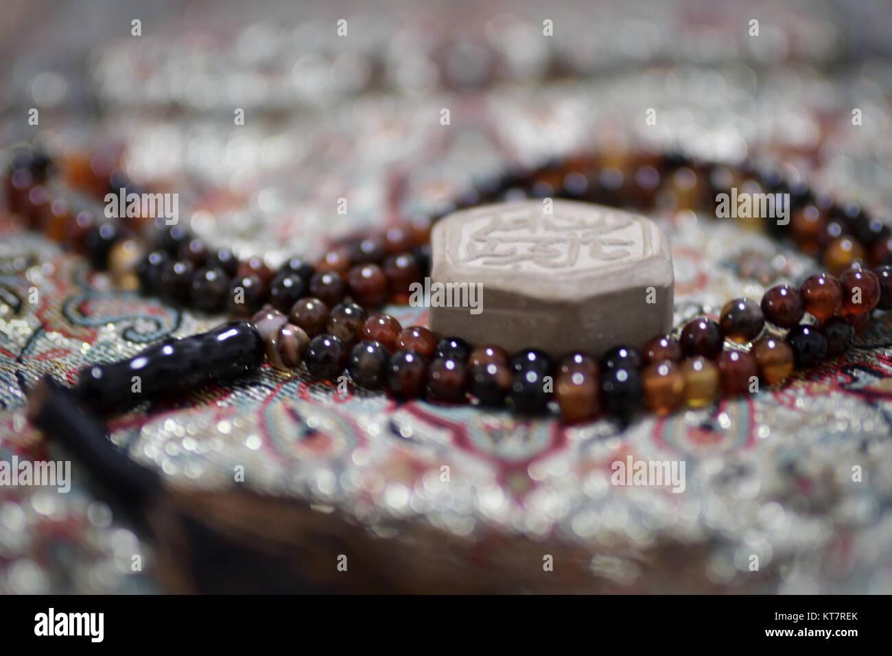 Das islamische Gebet markante Artikel Nahaufnahme von tasbih Rosenkranz für Salat und turbah Ton für Niederwerfungen Stockbild