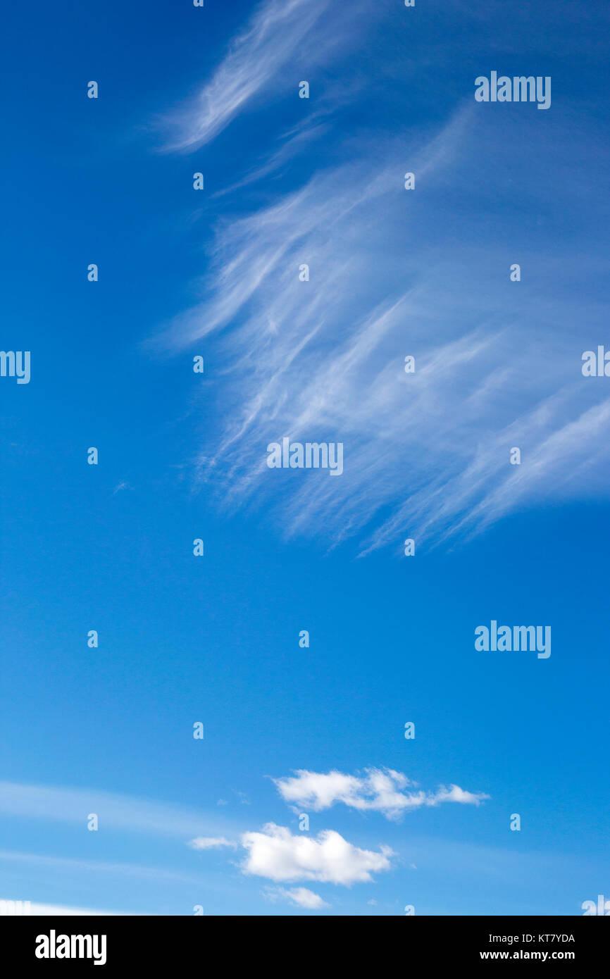 Cirrus über cumulus Wolken im blauen Himmel Stockbild