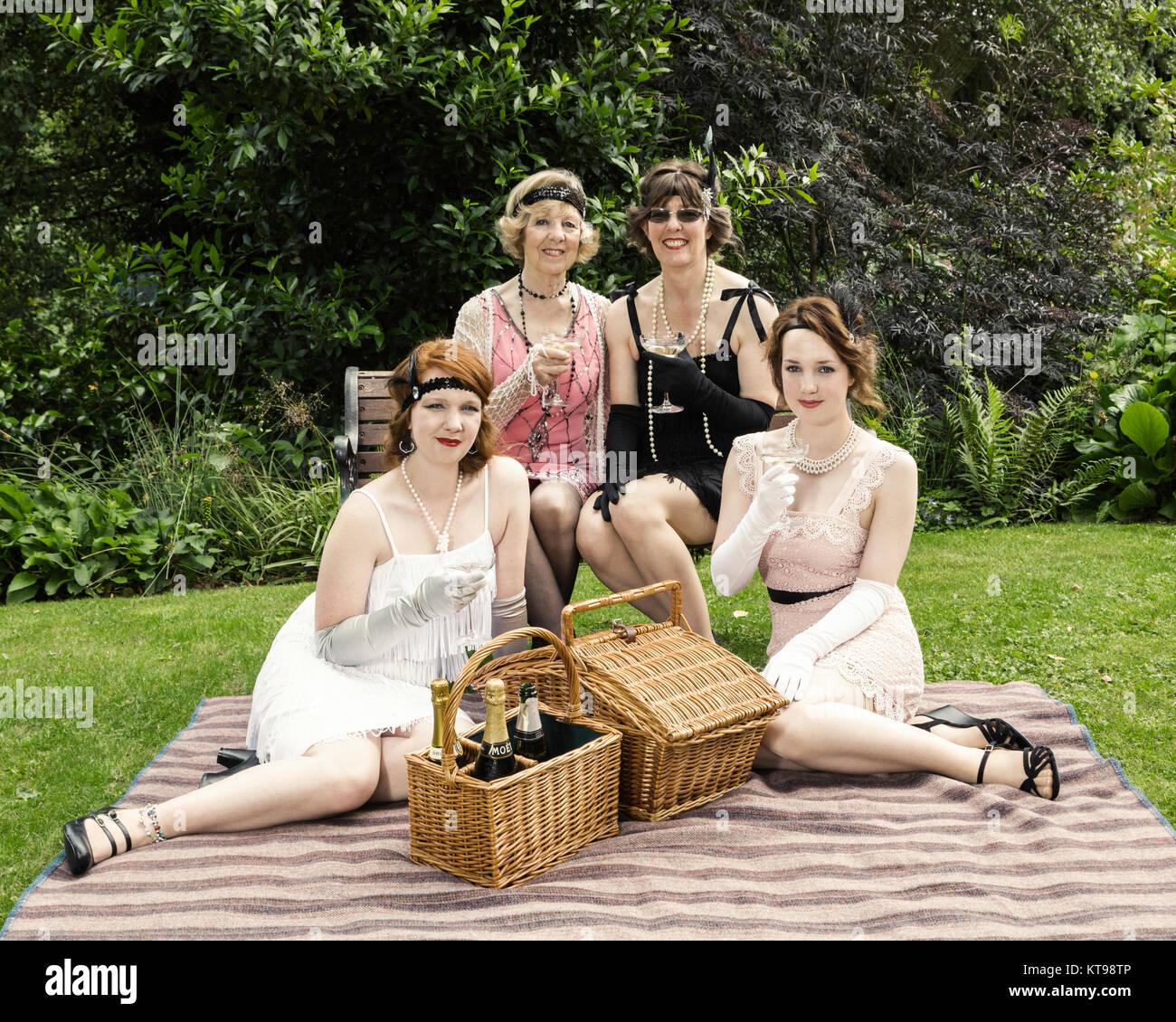 30er Jahre Stil Garten Picknick mit Periode Kleidung Stockbild