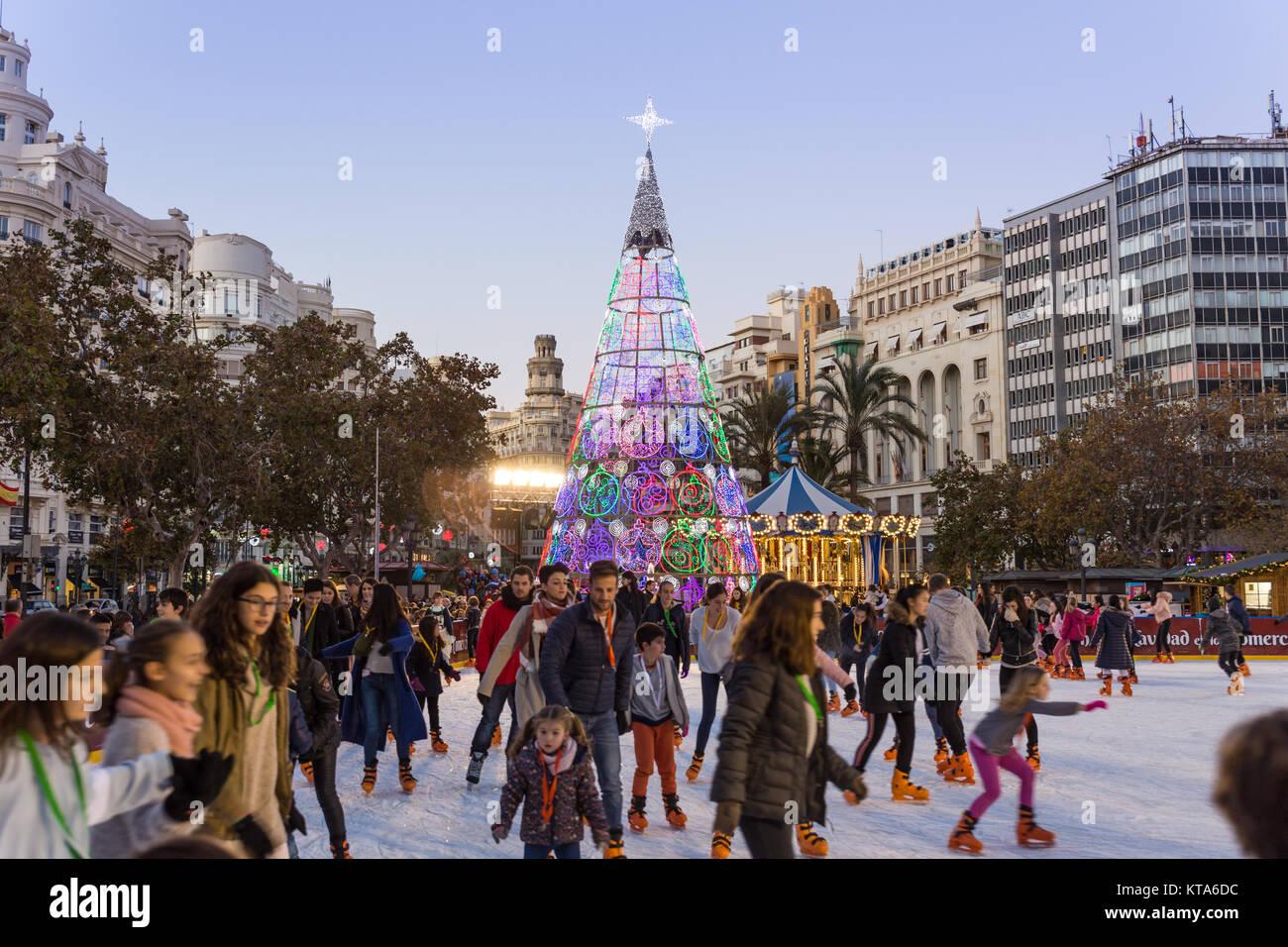 Valencia, Spanien - Dec 16, 2017: Leute Eislaufen auf Weihnachten ...