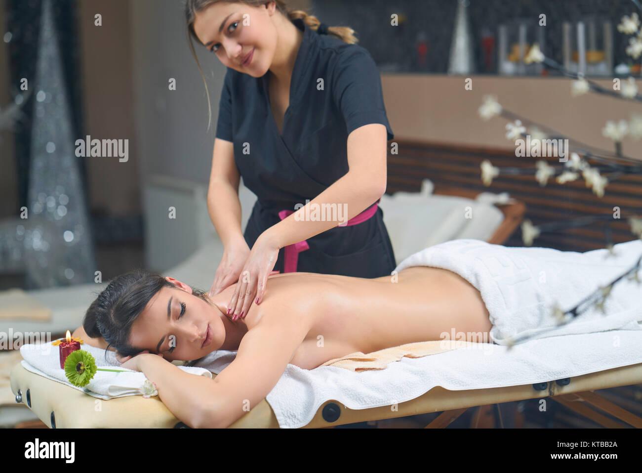 Spa-Frau. Frauen genießen entspannende Rückenmassage in Kosmetik-Wellness-Center. Körper-Pflege, Stockbild