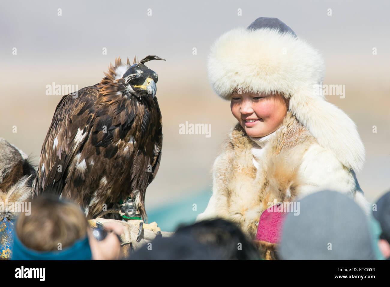 Aisholpan vom Eagle Jägerin im Golden Eagle Festival in der Mongolei Stockbild