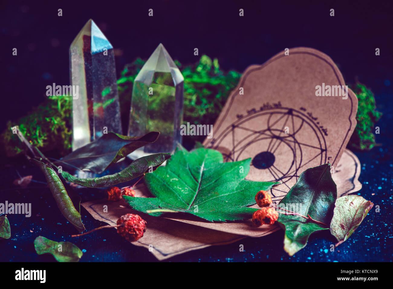 Pentagramm Zeichnung auf einem Pergament mit Zaubertrank Zutaten und Kristalle in eine magische Szene. Moderne Hexerei Stockbild