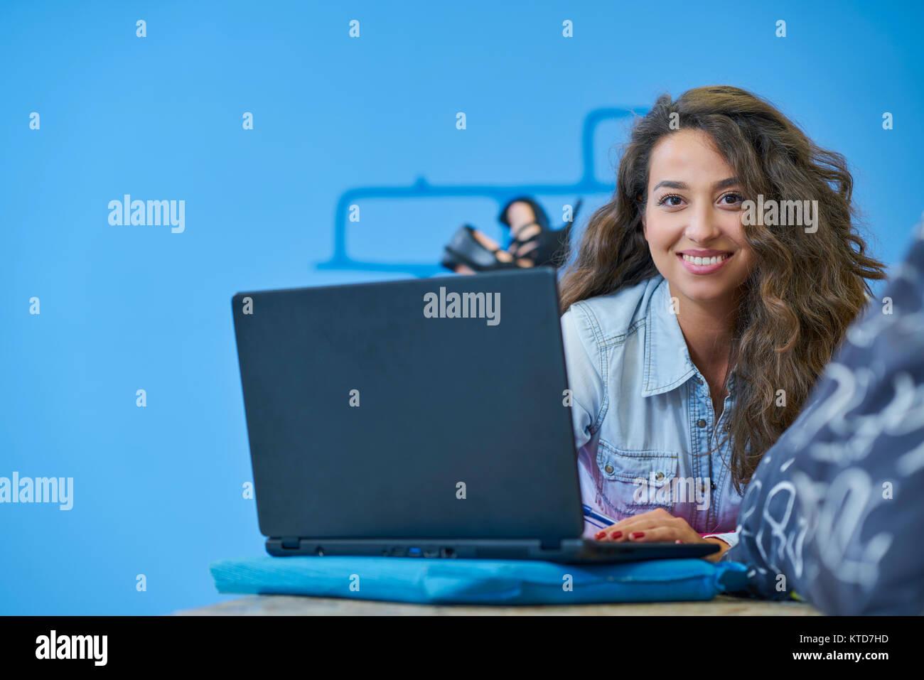Startup-Unternehmen, Software-Entwickler arbeiten an Computer im modernen Büro Stockbild