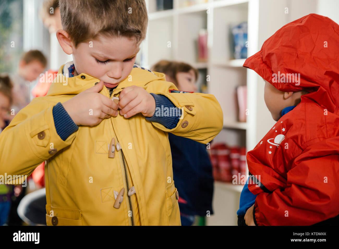 Auf Kindergarten Im Seinen Junge Regenmantel Setzen vON0wynm8