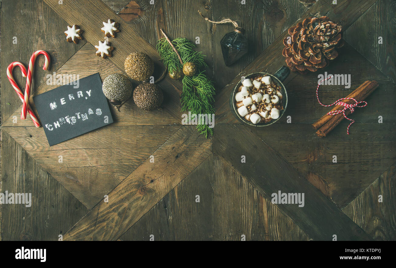 Flachbild-lay von Grußkarte, Zuckerstange, heiße Schokolade, Ansicht von oben Stockbild
