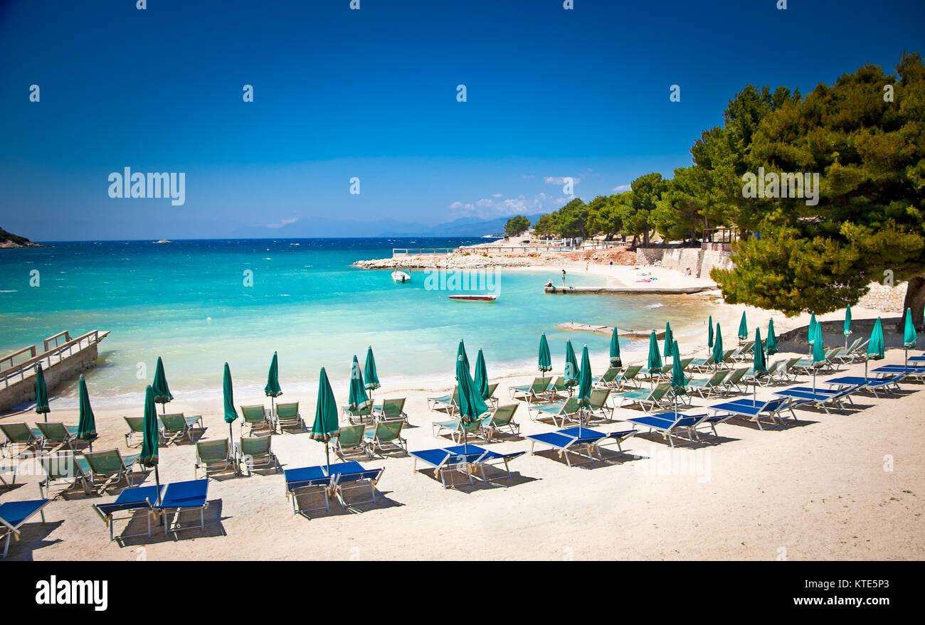 Sonnenschirm Sonnenschirme und Liegestühle auf der schönen Ksamil ...