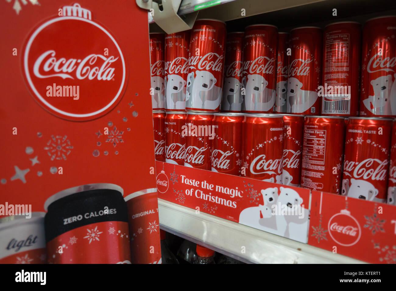 Mini Kühlschrank Metro : Coca cola dosen auf einem regal in der metro store ayala center