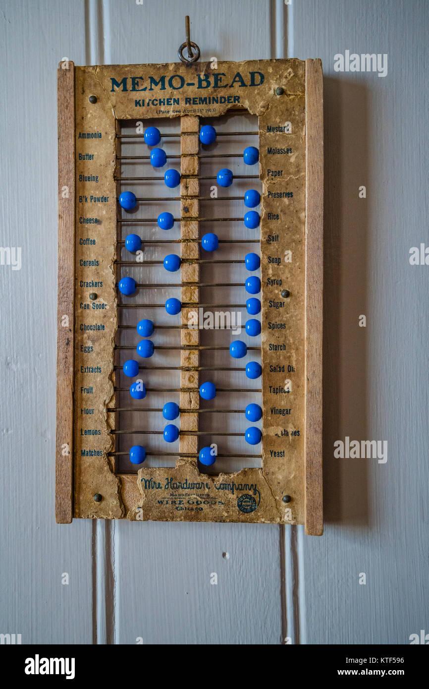 Memo - Raupe eine antike Küche Erinnerung, dass gleicht einem Abacus in der Art, wie es verwendet Perlen, die Folie entlang eines Kabels. Jede Perle steht für ein Objekt o Stockfoto